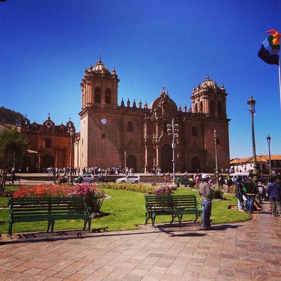 Plaza de Armas em Cuzco no Peru. Ao fundo a Catedral uma das mais bonitas da América do Sul. Todos os detalhes desta viagem no blog http://ift.tt/1JUgiOy.