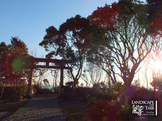 1600×1200のサイズの壁紙です。 早朝の金刀比羅神社です(2013/02/24撮影)。 ご自由にお使いください。