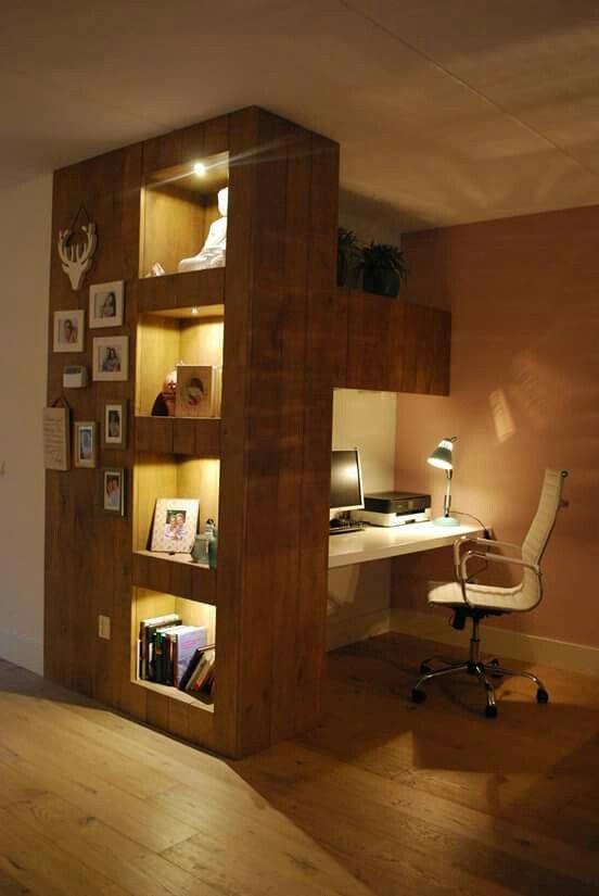 Thuiswerkplek uitgevoerd in massief eiken hout gecombineerd met een strak wit bureau voorzien - Idee voor thuis ...