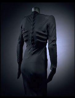 """Elsa Schiaparelli, El vestido """"andrajoso"""" es  un traje de luto para ocasiones especiales con un estampado que hacía pensar que estaba muy usado."""