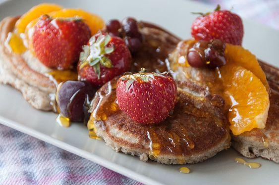 Pancakes με κινόα και καρύδα από τον Άκη Πετρετζίκη. Η πιο υγιεινή και νόστιμη συνταγή για pancakes χωρίς γλουτένη με γάλα αμυγδάλου και βρώμη! Δοκιμάστε το!: