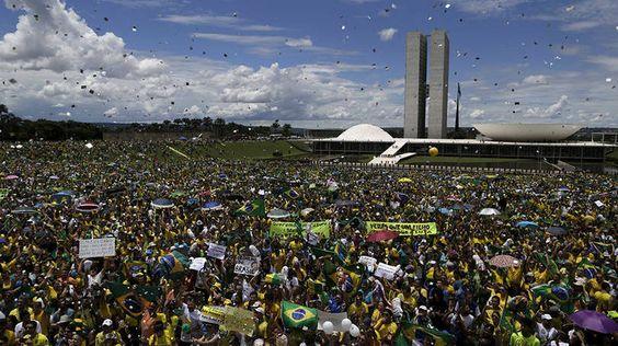 Manifestantes protestam contra Dilma Rousseff na frente do Congresso Nacional, em Brasília. Final do ato contou com chuva de papel picadohttp://exame.abril.com.br//brasil/noticias/as-imagens-dos-protestos-contra-dilma-deste-domingo/lista