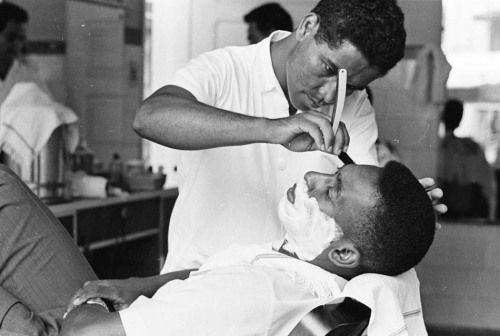 Santos, 01/01/1960. Pelé é barbeado por Didi, na barbearia em frente ao estádio da Vila Belmiro. Até hoje Didi é o barbeiro preferido de Pelé. Foto: Domício Pinheiro/AE