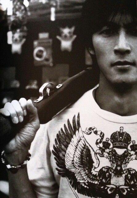 射的店の前にいる稲葉浩志