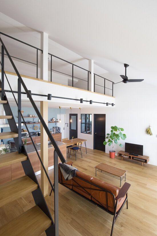 平屋にロフトを設けることによって天井高が高く開放的な空間 鉄骨階段