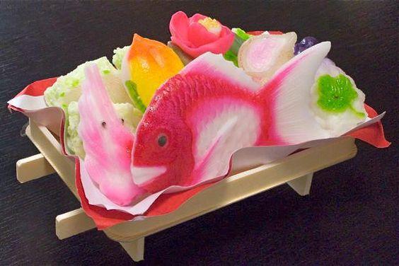 O açúcar transformado em arte. Doce de açúcar da culinária asiática em forma de peixes.   Sugar transformed into art. Sugar candy of Asian cuisine in the form of fish