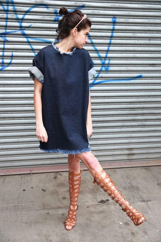 Acheter la tenue sur Lookastic: https://lookastic.fr/mode-femme/tenues/robe-droite-en-denim-sandales-spartiates-hautes-en-cuir-bandeau-rose/11133 — Robe droite en denim bleue marine — Bandeau rose — Sandales spartiates hautes en cuir brunes