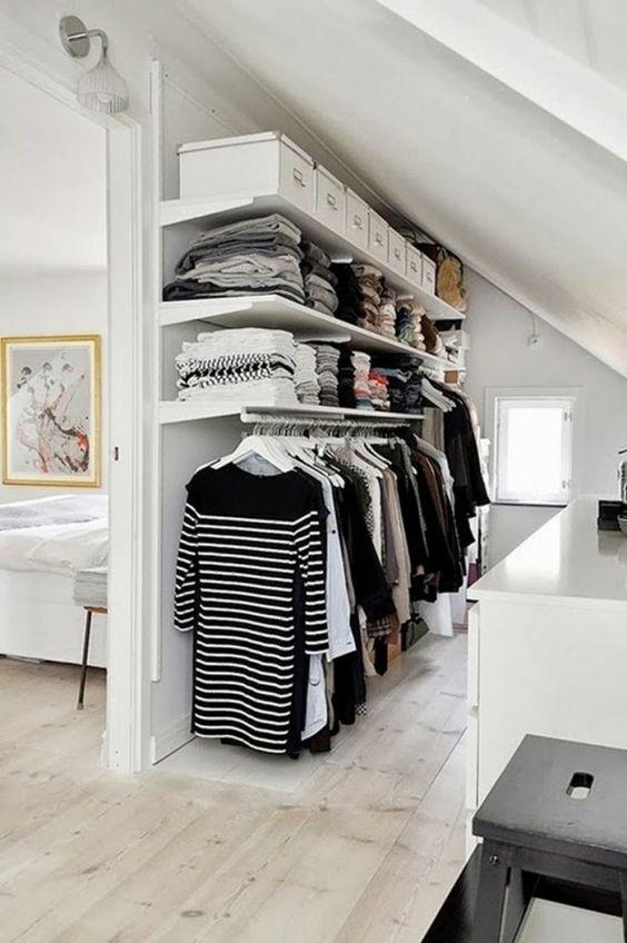 Ankleidezimmer unter Dachschräge selber gestalten-aussortierte Kleidung verstauen
