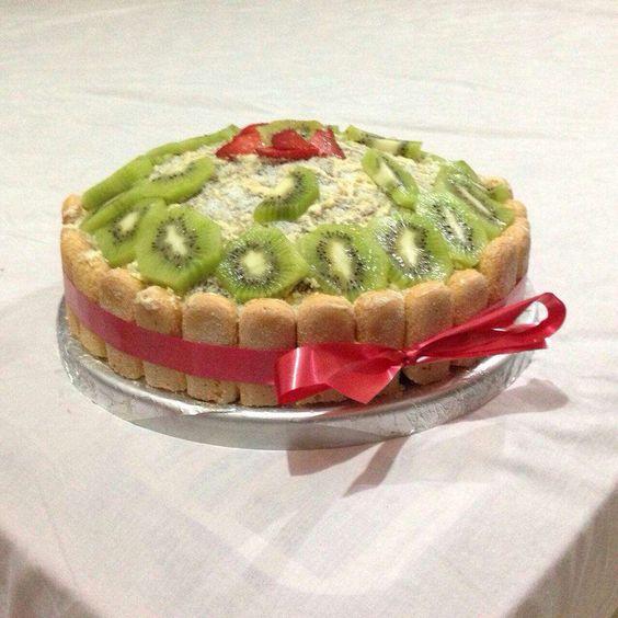 Pastel Carlota con decoración de kiwi y fresas