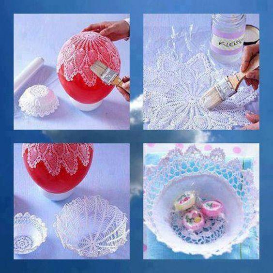 Van een gehaakte kleedje een mandje maken. Eerst dep je het kleedje in met in water opgeloste lijm en daarna laat je het drogen op een ballon.