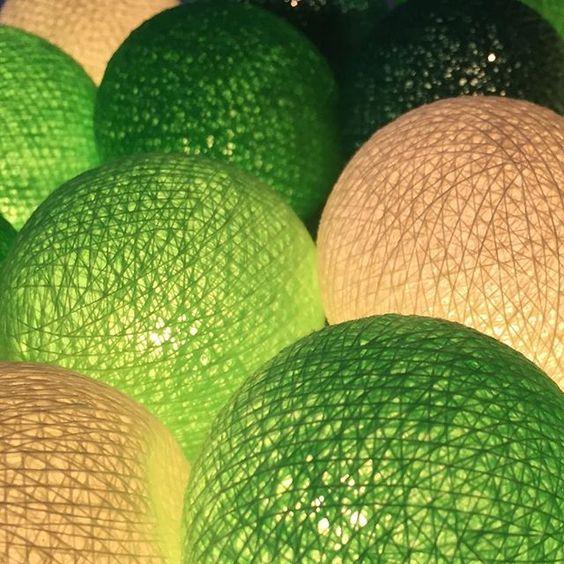 Cores de Natal começando a invadir nossa loja!!!  Para comprar cordões de luzinhas: http://festeirice.com.br/produtos/decoracao-de-festa/cordao-de-luz.html #festeirice #natal #decoracaodefesta #decoracaodenatal #arvoredenatal #cordaodeluz #luzdenatal #luzverde #bolinhaverde #natalcomluz