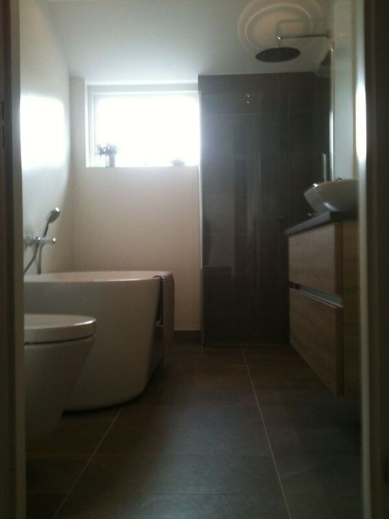 Mozaiek In De Badkamer ~ Strakke badkamer met warme hout tinten gestukadoorde wanden met douche