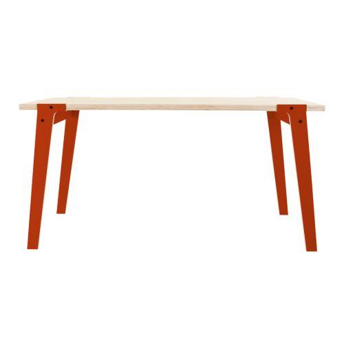 De rform Switch Table kan zowel als eettafel of als bureau gebruikt worden. De gekleurde poten, het geoliede berken tafelblad en de eenvoudige lijnen geven het design van de Switch tafel een warme en speelse uitstraling.