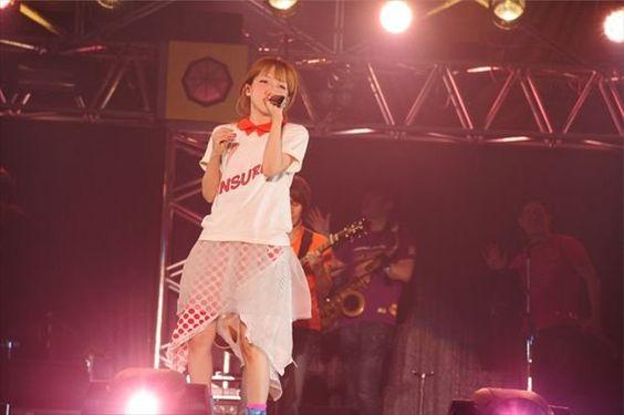 aikoお客さんと近いステージで熱唱する画像