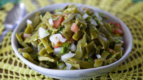 Estas recetas de nopales lo tienen todo. Son buenas para ti, fáciles de hacer y con sabores que te harán recordar tus raíces mexicanas.