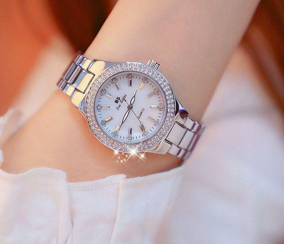 Modelo de relógio feminino prata com detalhes de strass