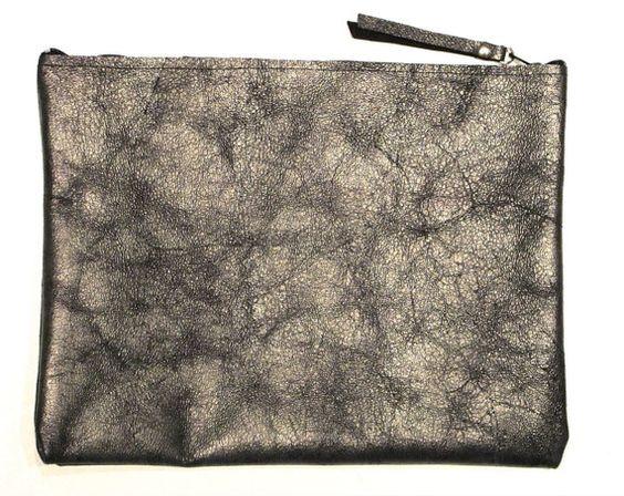 Clutch en cuero gris grafito metalizado por MuffyBolsos en Etsy,