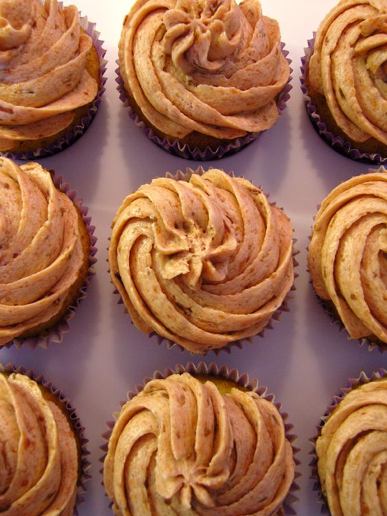 Ninas kleiner Food-Blog: Mandel-Cupcakes mit Zwetschgen-Buttercreme