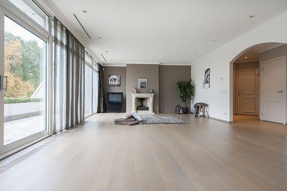 Eindhoven, Javalaan 119 - In één van de allermooiste wooncomplexen van Nederland, in Residence De Karpen op de 2e etage gelegen, met gebruik van hoogwaardige materialen, in de loop der jaren geheel gemoderniseerd appartement met woonoppervlakte van circa 118 m², parkeerplaats en eigen berging in souterrain en riant dakterras van circa 32 m² op het zuidoosten over de volle breedte met uitzicht op parkachtige tuin.