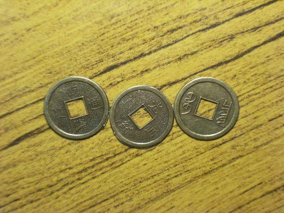 Tres monedas chinas. Las dos primeras de la izquierda están en Yang y la última en Yin