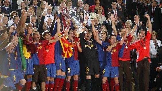 El capitán Carles Puyol, acompañado del resto de la plantilla, levantando la Liga de Campeones de Roma, hoy 27 de mayo hace cinco años.