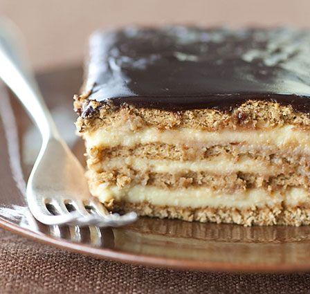 No-bake Boston Cream Pie Strata by Faith Durand via latimes: Graham crackers, vanilla pudding and fudge frosting meld into a luxurious cake in the refrigerator overnight. #Dessert #Boston_Cream_Pie_Strata #Faith_Durand