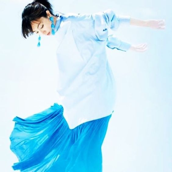 青いお洋服の満島ひかり