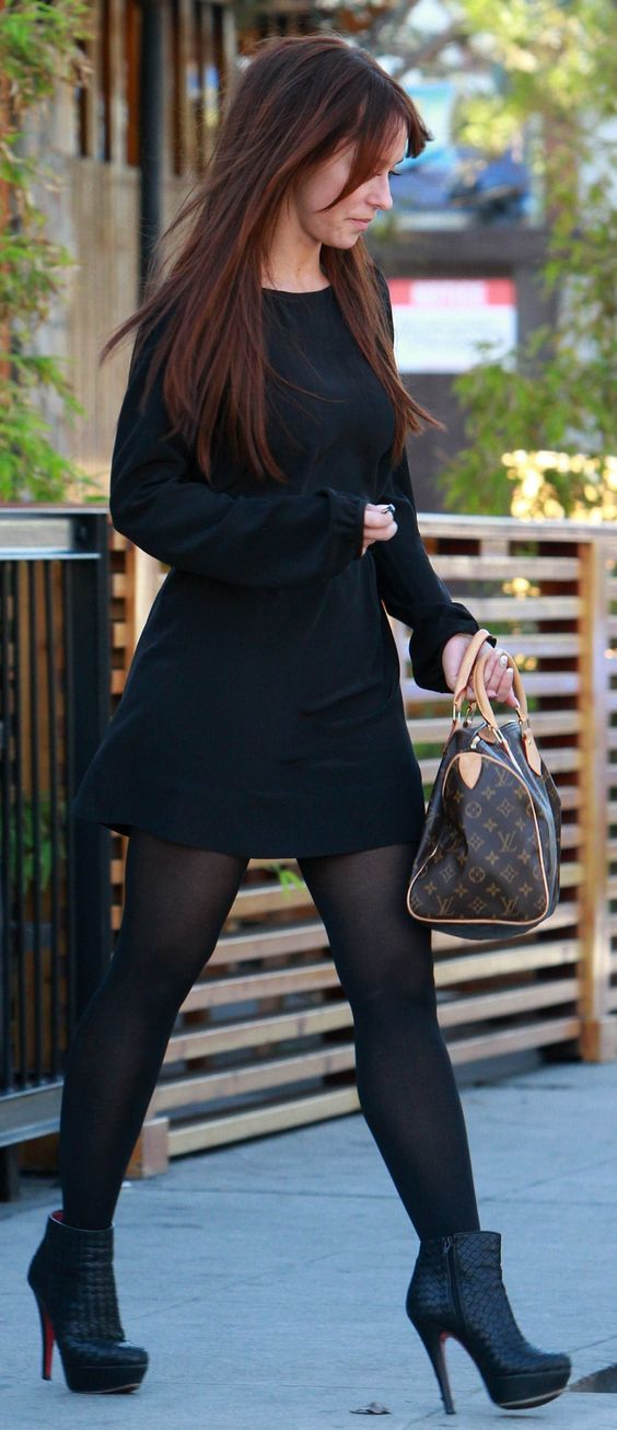 Jennifer Love Hewitt, black dress, brown LV bag, black Louboutin booties, tights ☑️                                                                                                                                                      Más