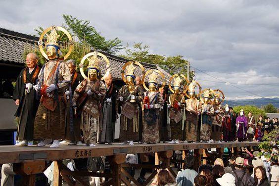 【奈良・聖衆来迎練供養会式】<5月14日>中将姫が當麻曼陀羅を織り上げた後、29歳で生身のまま二十五菩薩に迎えられ、極楽浄土へ大往生を遂げたときの様子を仮面を使って役に扮した人々が練り歩くことで再現したもの。當麻寺にて行われる。
