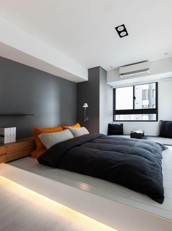 schlafzimmer-modern-gestalten-graue-wand-hinter-dem-bequemen-bett - schlafzimmer bett modern