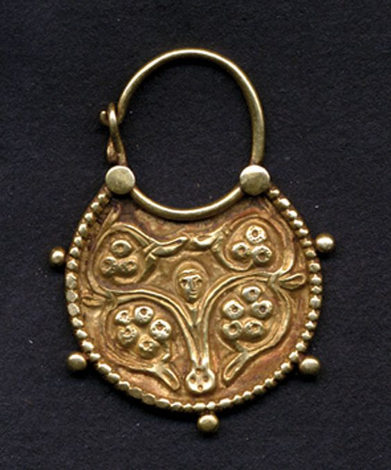Golden Earring shaped as a crescent moon, 6th - 7th centuries, Egypt.