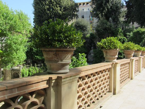 Gardens planters and italian on pinterest for Italian courtyard garden design ideas