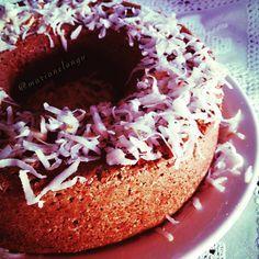 Bolo de coco! Super simples e delicioso ☺️ Anota aí   INGREDIENTES: ☑️ 1 xíc. de chá de farinha de coco; ☑️ 4 ovos; ☑️ 1/2 xíc. de chá de leite de coco; ☑️ 1/2 xíc chá de xylitol ☑️ 2 col. de sopa de óleo de coco ou azeite de oliva; ☑️ 1 colher de sopa de fermento em pó.  MODO DE PREPARO: Separe as claras das gemas e bata em ponto de neve. Em uma vasilha adicione as gemas, o açúcar mascavo e o óleo de coco ou azeite e misture bem. Adicione o leite e depois a farinha de coco .....