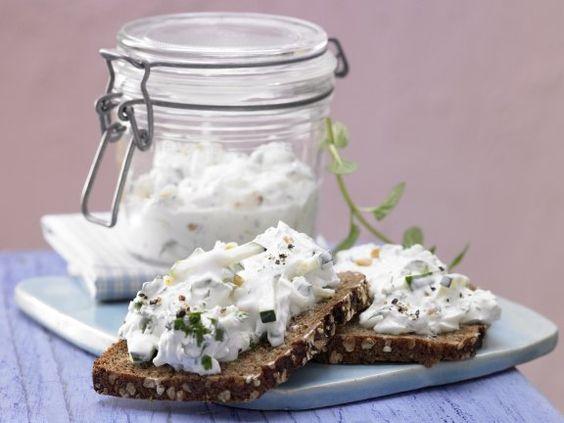 Zum Anbeißen – Saftiger Belag auf herzhaftem Vollkorn: Zucchini-Kräuter-Quark auf Vollkornbrot|  http://eatsmarter.de/rezepte/zucchini-kraeuter-quark