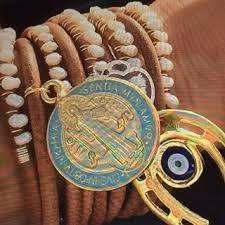 Pulcera de cuero crudo con perlas cultivadas, dijes variados y broche bañados en oro 18k @la_scimmia