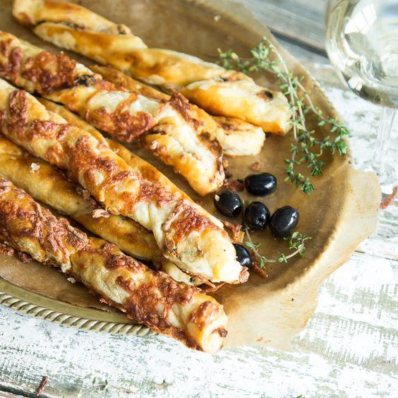 Knusperstangen mit einer Füllung aus Feta, getrockneten Tomaten und Oliven. Und dank fertigem Blätterteig blitzschnell gemacht.