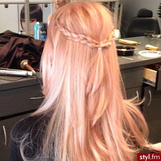 Hair colour enhancing shampoo