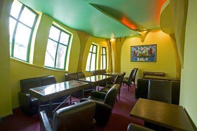 """""""Domek Krzywy"""" A """"casa torta"""" faz parte do complexo de um shopping em Sopot, na Polônia. Tem três andares, um total de 4mil metros quadrados e, lá dentro, funciona o Wonky Pub, um bar. Apesar da sua estrutura lembrar a das casas à sua volta, a Krzywy Domek foi feita para parecer que está derretendo. Desde que foi construída, em 2004, é o edifício mais fotografado da Polônia. Obra do arquiteto polonês Szotynscy Zaleski, que a construiu inspirado nas ilustrações do artista Jan Marcin Szancer.."""