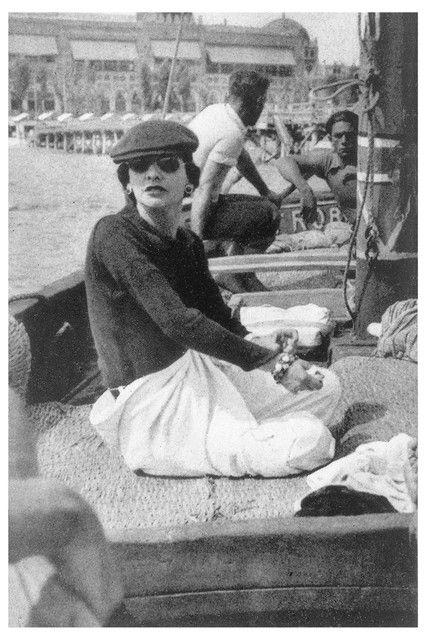 Gabrielle Chanel sur le yatch de Roussy Sert en face du Lido de Venise 1,936