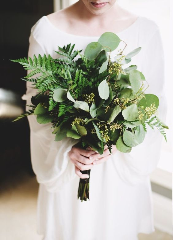 Timeless and gorgeous winter wedding color combination inspiration: green wedding bouquet #weddingbouquets #greenweddingbouquets #organicweddingideas #minimalistbrideinspiration