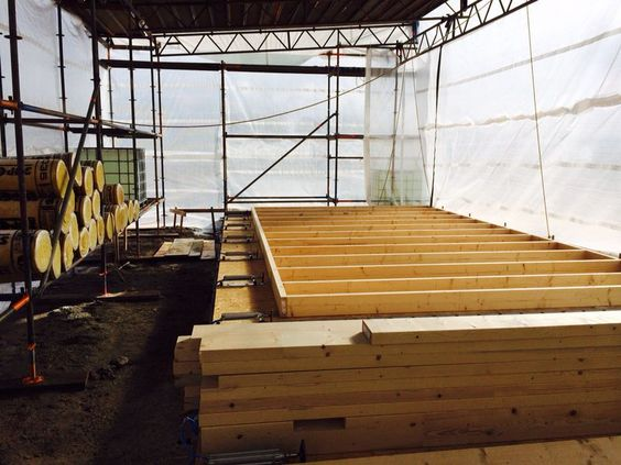Die 5 m hohen Wandteile in ihrem eigens gebauten Zelt. #holzbau #holzrahmenbau #sonderbau #vw  http://www.blockhaus-24.de/vw-kita-richtfest-emden/ http://www.blockhaus-24.de/product-tag/holzrahmenb