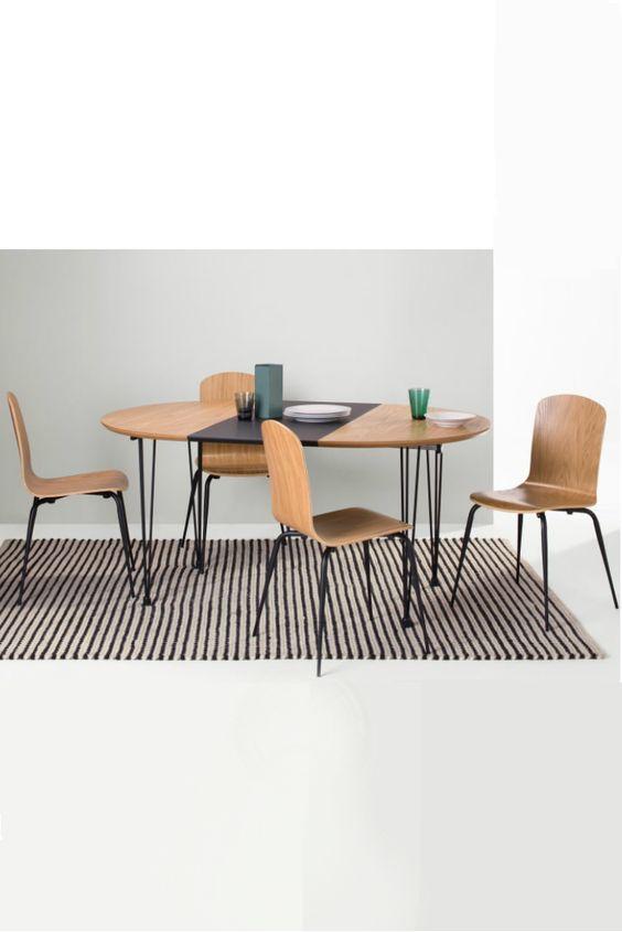 Ryland Esstisch und 4 Stühle in Eiche und Schwarz. Du erwartest Gäste? Am Ryland Esstisch haben bequem sechs Personen Platz. Bei uns findest du auch noch ein Set mit zwei zusätzlichen Ryland Stühlen für einen stimmigen Look.