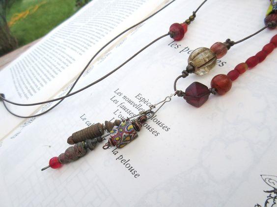 Rythmes Profonds : un collier atypique avec african trade brads et anciens hameçons de Russie ..... : Collier par les-reves-de-minsy
