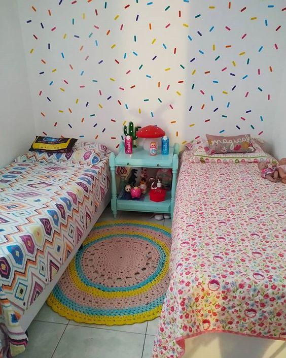 """Cris Oliveira no Instagram: """"Aeee! Finalmente esse quartinho tá ganhando forma! Um quarto colorido pra uma garotinha e um garotinho. As camas são baús, o que é uma mão…"""""""