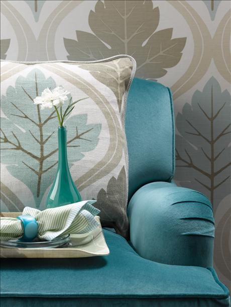 Gran Patterned wallpaper Delphine, y una silla, también de nuestra colección, vestidos de verde azulado ...