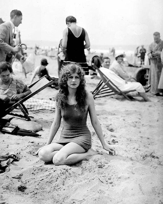 Uma mulher jovem em alguma praia de Deauville, França, 1925