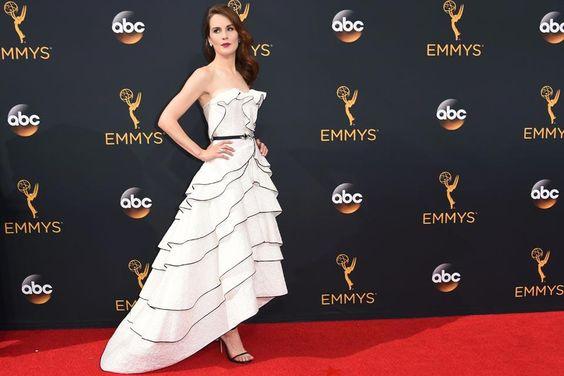 Michelle Dockery, otra de las famosas que apostó por un vestido de Óscar de la Renta, en este caso en color blanco con volados con ribetes negros.