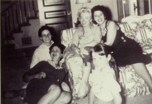 1954: Marilyn with Joe DiMaggio's family.