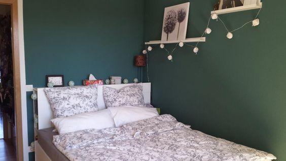 Weißes Bett von einer Lichterkette umrahmt vor dunkelgrüner Wand lädt in Berlin-Mitte zum Träumen ein  #Berlin #Schlafzimmer #Wohnung