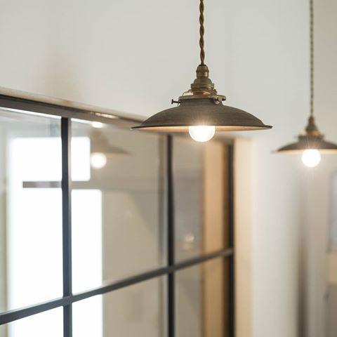 アンティークな照明 後ろにあるアイアンの室内窓がまたいい雰囲気